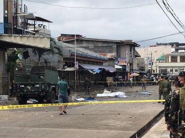 Filippine, bombe alla cattedrale di Jolo: diversi morti e feriti foto 2