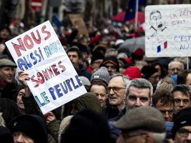 I foulard rossi marciano a Parigi contro le «violenze dei gilet gialli» foto 2