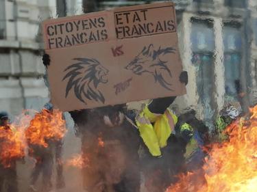 Gilet Gialli, è ancora guerriglia in Francia: assaltato un ministero a Parigi foto 2