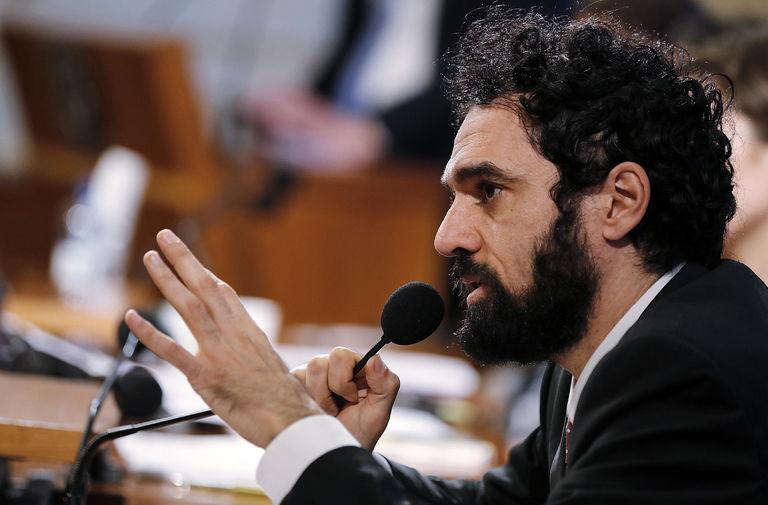 «I'm not perfect»: Dino Giarrusso (M5s) rinuncia all'intervento al Parlamento perché non riesce a parlare inglese – Il video