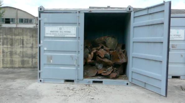 Fusti all'interno di container del ministero dell'Interno dentro all'area delle ex Industrie Olivieri, Ceprano, Frosinone, 17 maggio 2019/Foto Angela Gennaro