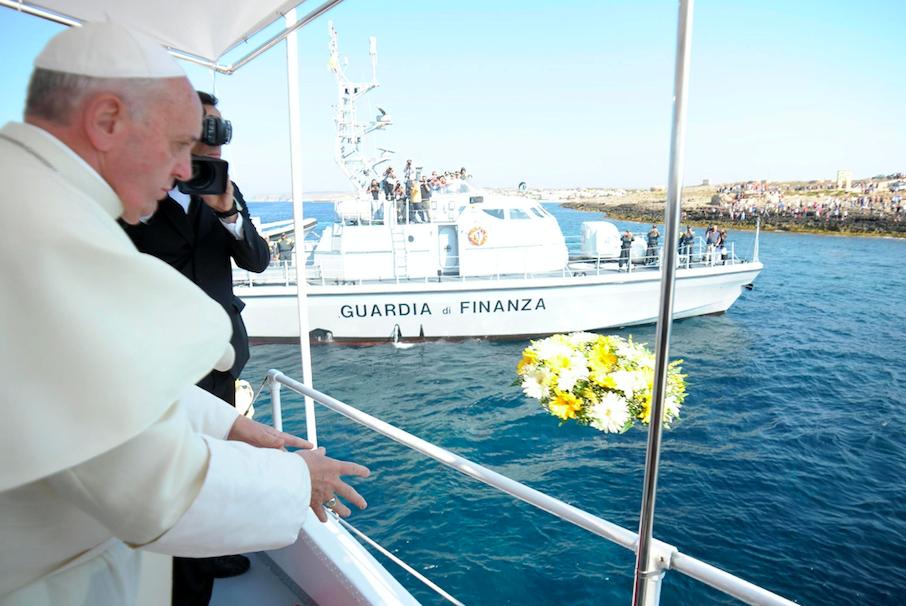Una foto dell'Osservatore Romano mostra Papa Francesco gettare una corona di fiori nel mare di Lampedusa, approdo di molti migranti in occasione della sua visita nell'isola, 8 luglio 2013. EPA/L'Osservatore Romano