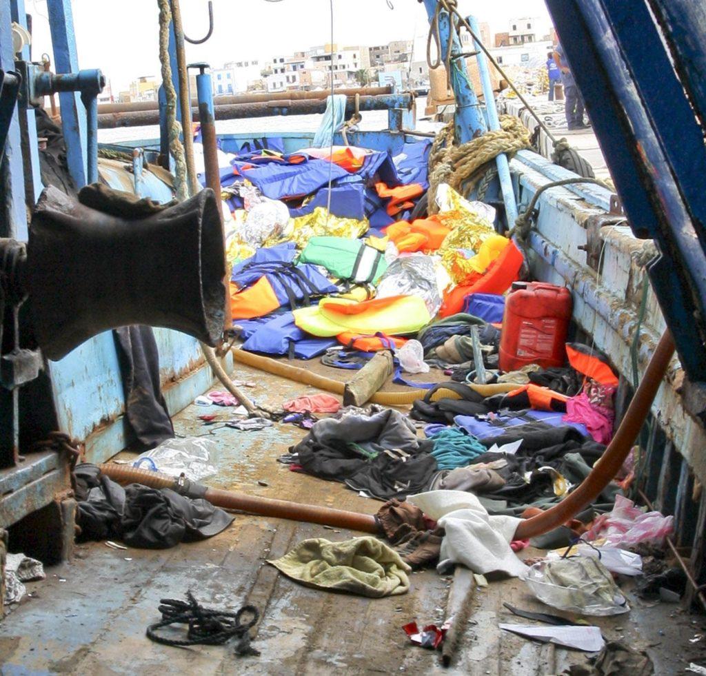 Uno dei due barconi, a bordo del quale viaggiavano centinaia di migranti, approdato al Porto di Lampedusa, 3 ottobre 2013.  L'altro barcone è, invece, affondato durante la navigazione e il bilancio, alla fine, è di 368 morti, 20 dispersi, 155 persone salvate. Ansa/Claudio Peri