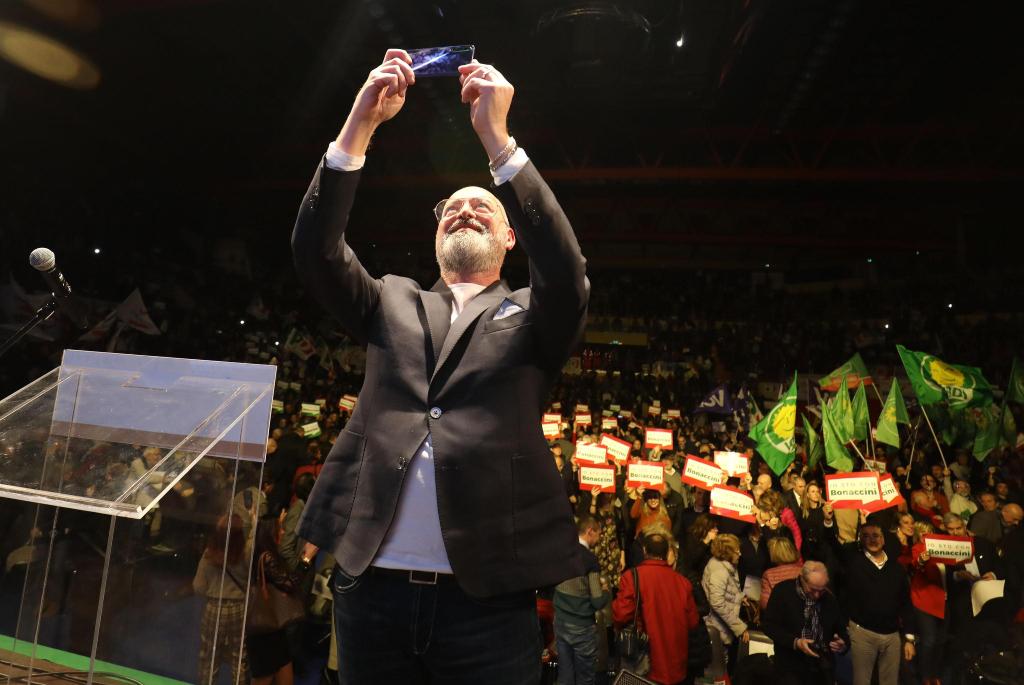 Stefano Bonaccini scatta un selfie con i suoi sostenitori prima del comizio di chiusura della sua campagna elettorale