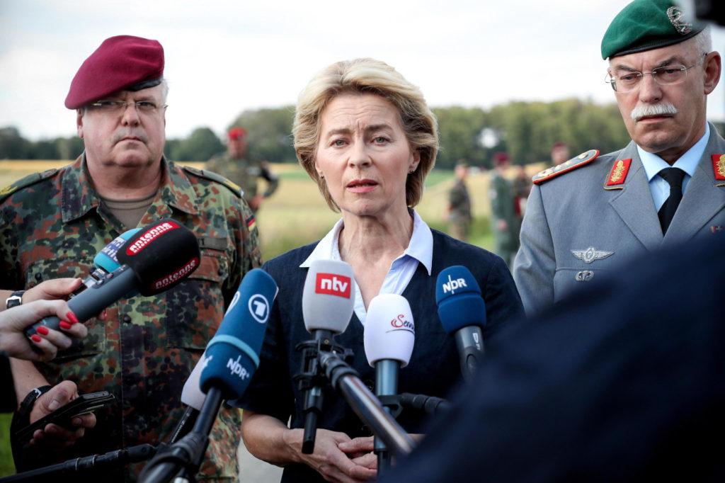 Ursula von der Leyen durante una conferenza stampa con i vertici militari tedeschi