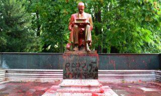 La statua di Montanelli vandalizzata con vernice rossa e insulti