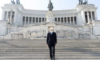 Da solo e con la mascherina: a sorpresa, la mattina del 25 aprile, il presidente della Repubblica Sergio Mattarella visita l'altare della Patria, a Roma. ANSA