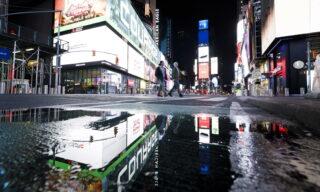 Times Square a New York, USA, 25 marzo 2020. EPA/JUSTIN LANE