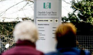 """L'esterno dell'ospedale Sacco di Milano, 21 febbraio 2020. A questa data si registrano le prime tre persone infettate dal Coronavirus in Italia: Mattia, il cosiddetto """"paziente 1"""", sua moglie, incinta, e una terza persona che è andata in ospedale con sintomi di polmonite. ANSA / MOURAD BALTI TOUATI"""