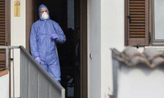 """Medici e infermieri trasferiscono un paziente all'ospedale di Codogno, 23 febbraio 2020. Il 21 febbraio viene individuato il primo focolaio di Covid-19 a Codogno, Lodi, con il primo caso diagnosticato su un 38enne. ÈMattia, il """"paziente 1"""". ANSA / Andrea Fasani"""