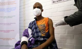 Uno dei primi pazienti su cui in Sudafrica viene testato un potenziale vaccino contro il Coronavirus all'ospedale Baragwanath a Soweto, Sudafrica, 24 giugno 2020. EPA/SIPHIWE SIBEKO