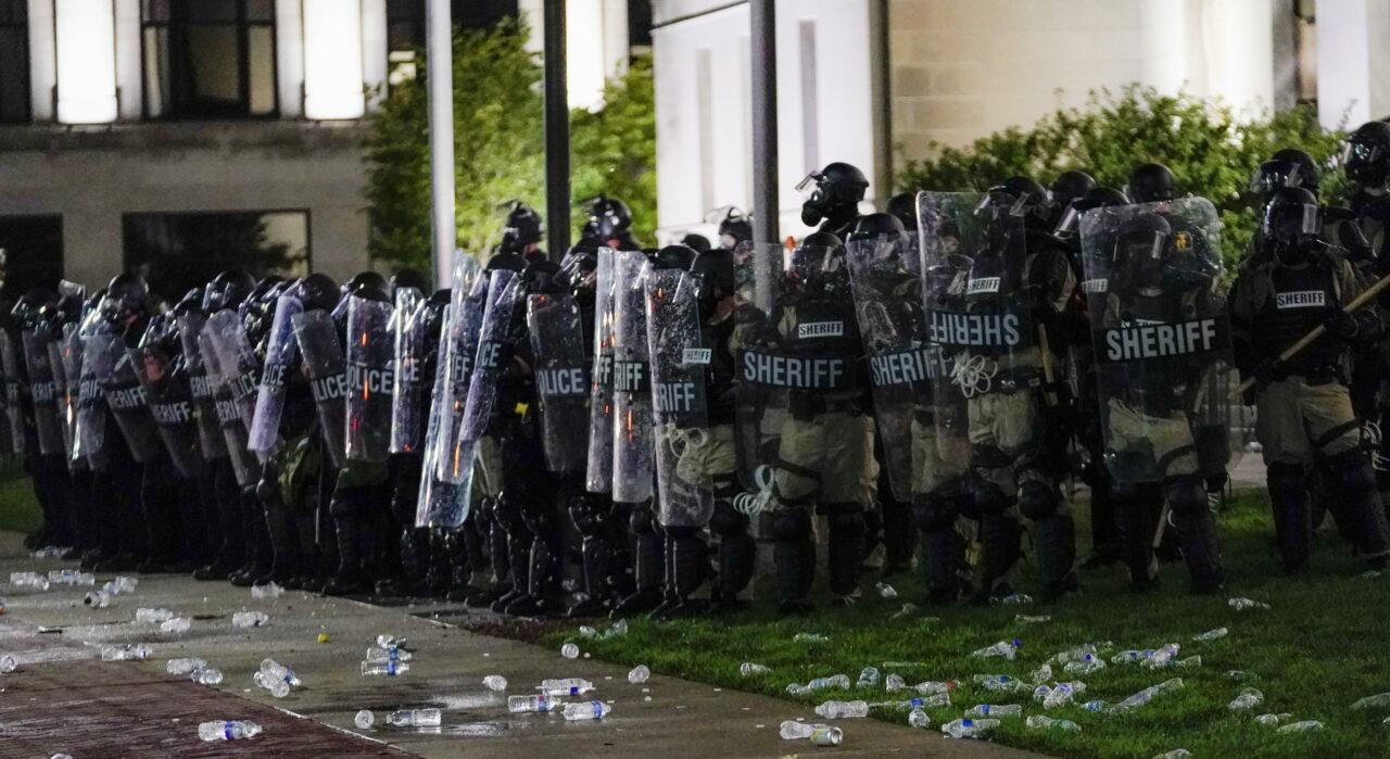 Le proteste sono iniziate lunedì dopo che domenica l'uomo fosse stato raggiunto da almeno 7 proiettili, sparati dalla polizia durante un arresto