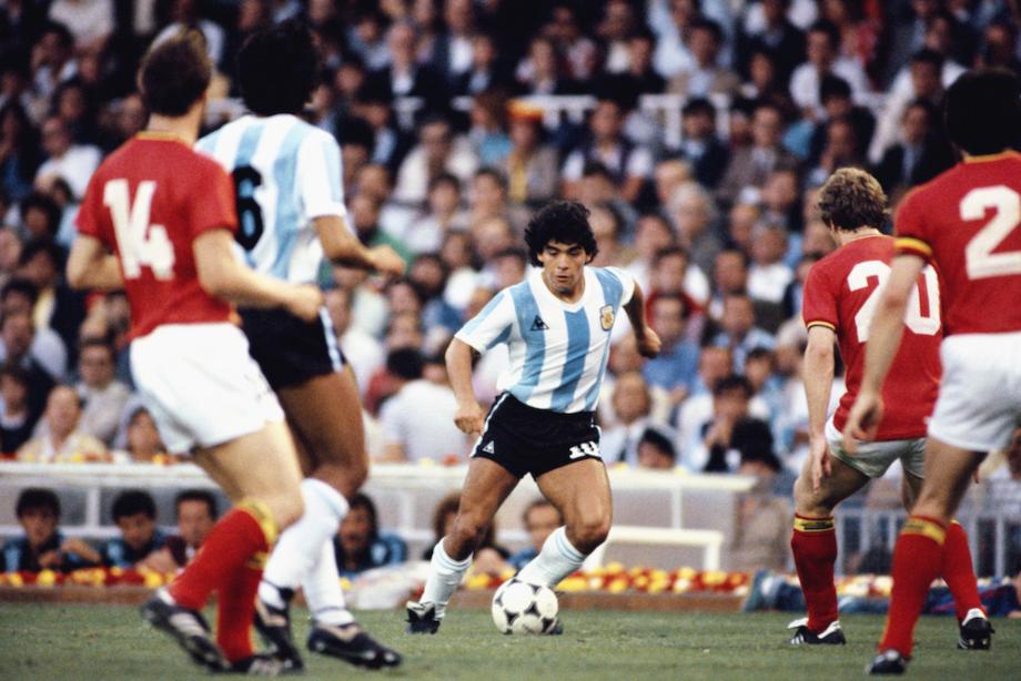 Maradona in azione con la maglia della Seleccion