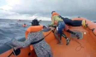 Migranti:Guardia Costiera, inviati motovedetta ed elicottero
