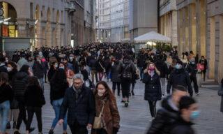Folla in Duomo la domenica pomeriggio ultimo giorno di zona arancione a Milano, 31 Gennaio 2021.  Ansa/Matteo Corner