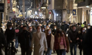 People walk in downtown Rome, during the Coronavirus emergency, in Rome, Italy, 31 January 2021. ANSA/MASSIMO PERCOSSI