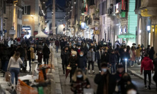 People walk in downtown Rome, during the Coronavirus emergency, in Rome, Italy 31 January 2021. ANSA/MASSIMO PERCOSSI