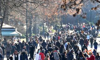 Folla nei parchi e nelle vie del centro di Torino, 31 gennaio 2021. ANSA/ALESSANDRO DI MARCO