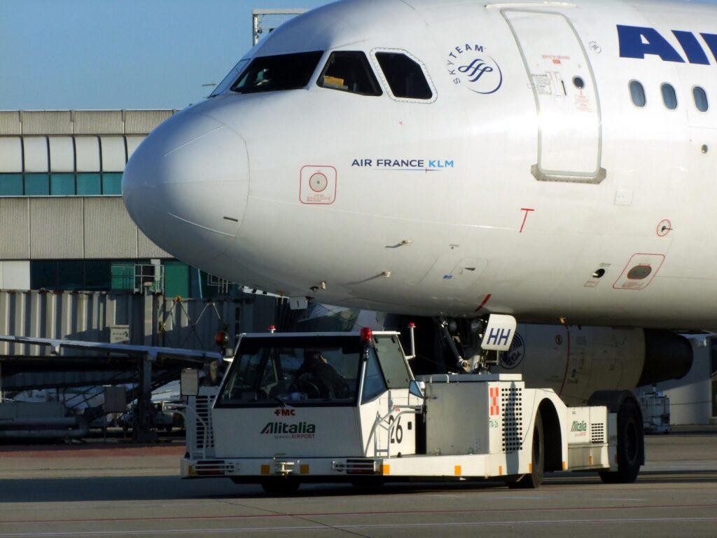 La strana storia degli aerei Alitalia che non possono atterrare se c'è nebbia sulla pista