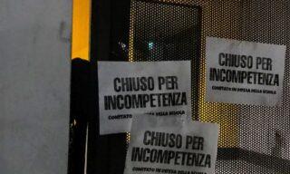 Blitz notturno del Comitato in Difesa della Scuola che ha bloccato gli ingressi dell'Ufficio Scolastico Regionale della Lombardia con catene e lucchetti