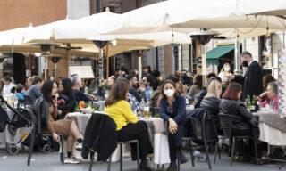 Tavolini dei ristoranti in piazza San Lorenzo in Lucina pieni per il primo weekend dove  permesso consumare. Roma, 6 febbraio 2021. ANSA/CLAUDIO PERI