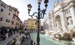 Tolti gli stalli a Fontana di Trevi e ridotti gli assembramenti. Roma, 6 febbraio 2021. ANSA/CLAUDIO PERI