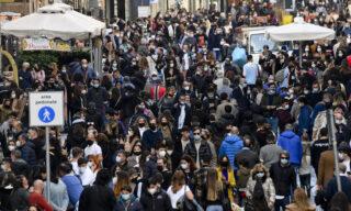 Folla in via Toledo a Napoli dove, complice la bella giornata di sole,  in migliaia si sono riversati per le vie del centro cittadino, 6 febbraio  2021  ANSA/CIRO FUSCO