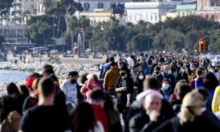 Folla sul lungomare Caracciolo  Napoli dove, complice la bella giornata di sole,  in migliaia si sono riversati per le vie del centro cittadino, 6 febbraio  2021  ANSA/CIRO FUSCO