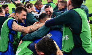 epa09327298 Players of Italy celebrate after winning the penalty shoot-out of the UEFA EURO 2020 semi final between Italy and Spain in London, Britain, 06 July 2021.  EPA/Justin Tallis / POOL (RESTRICTIONS: For editorial news reporting purposes only. Images must appear as still images and must not emulate match action video footage. Photographs published in online publications shall have an interval of at least 20 seconds between the posting.)