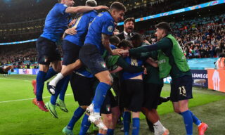 epa09327293 Players of Italy celebrate after winning the penalty shoot-out of the UEFA EURO 2020 semi final between Italy and Spain in London, Britain, 06 July 2021.  EPA/Justin Tallis / POOL (RESTRICTIONS: For editorial news reporting purposes only. Images must appear as still images and must not emulate match action video footage. Photographs published in online publications shall have an interval of at least 20 seconds between the posting.)