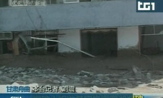 Un fermo immagine del servizio trasmesso dal Tg1 sulle frane causate dalle forti piogge nel nord ovest della Cina. Sono almeno 127 le vittime delle forti piogge, che hanno causato inondazioni e smottamenti nel nord ovest della Cina, con circa 2000 persone ancora disperse.   ANSA / TG1