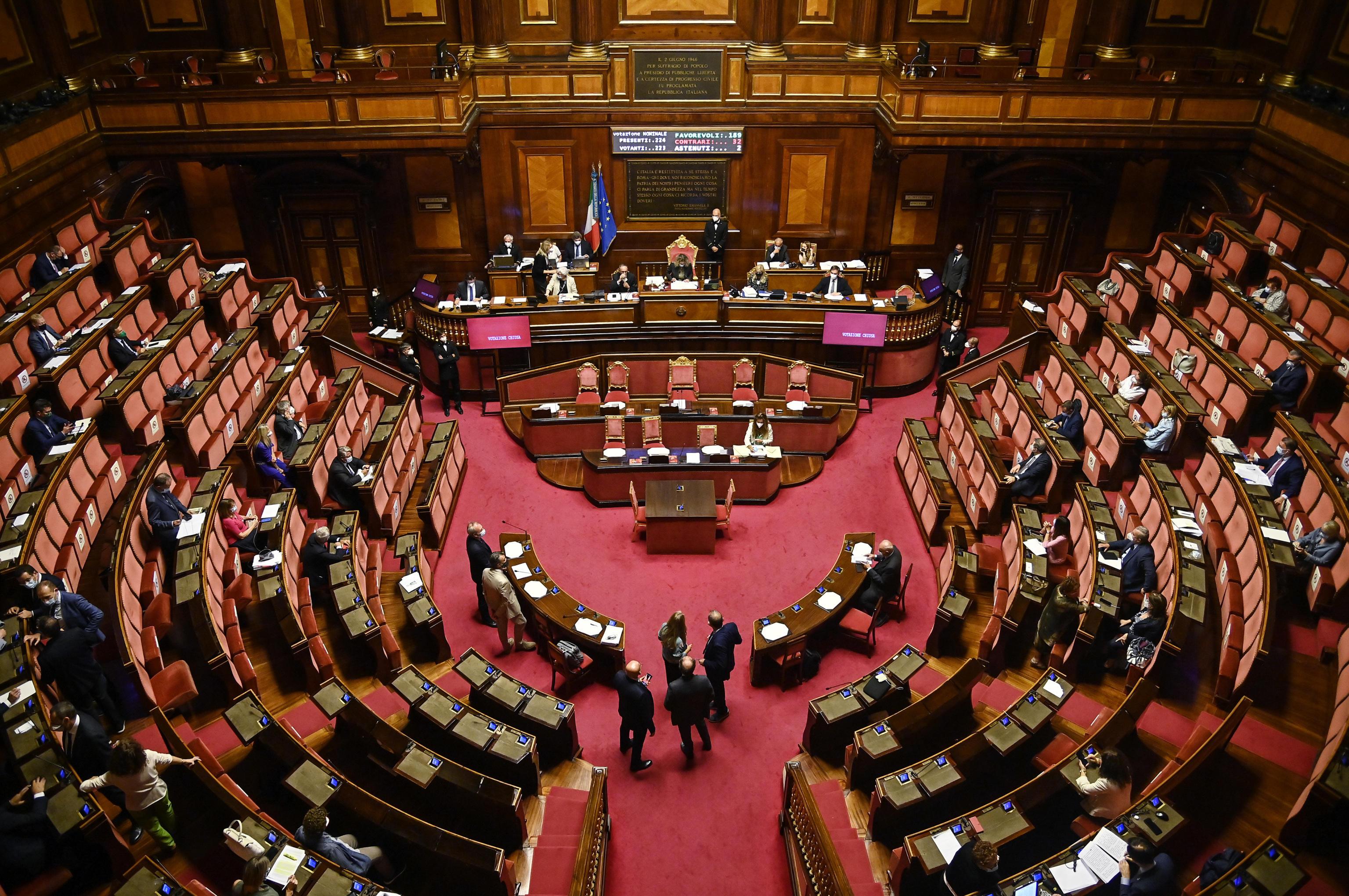 Senato, i 18enni potranno votare: scaduti i termini per il referendum. D'Incà: «I giovani se lo meritano» – Il video