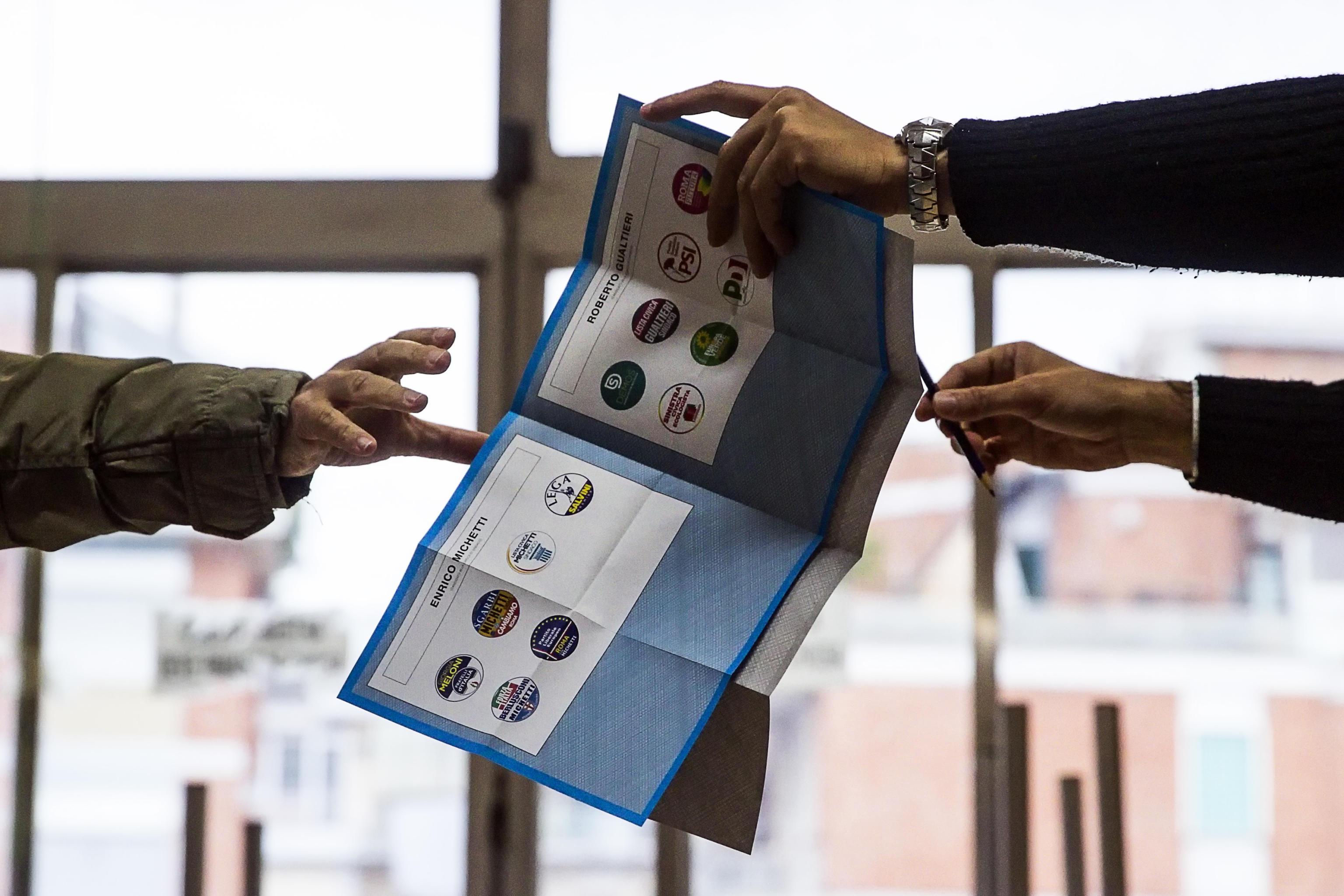 Ballottaggi, affluenza in picchiata: alle 23 ha votato il 33%. Roma si ferma al 30%, Torino al 32%
