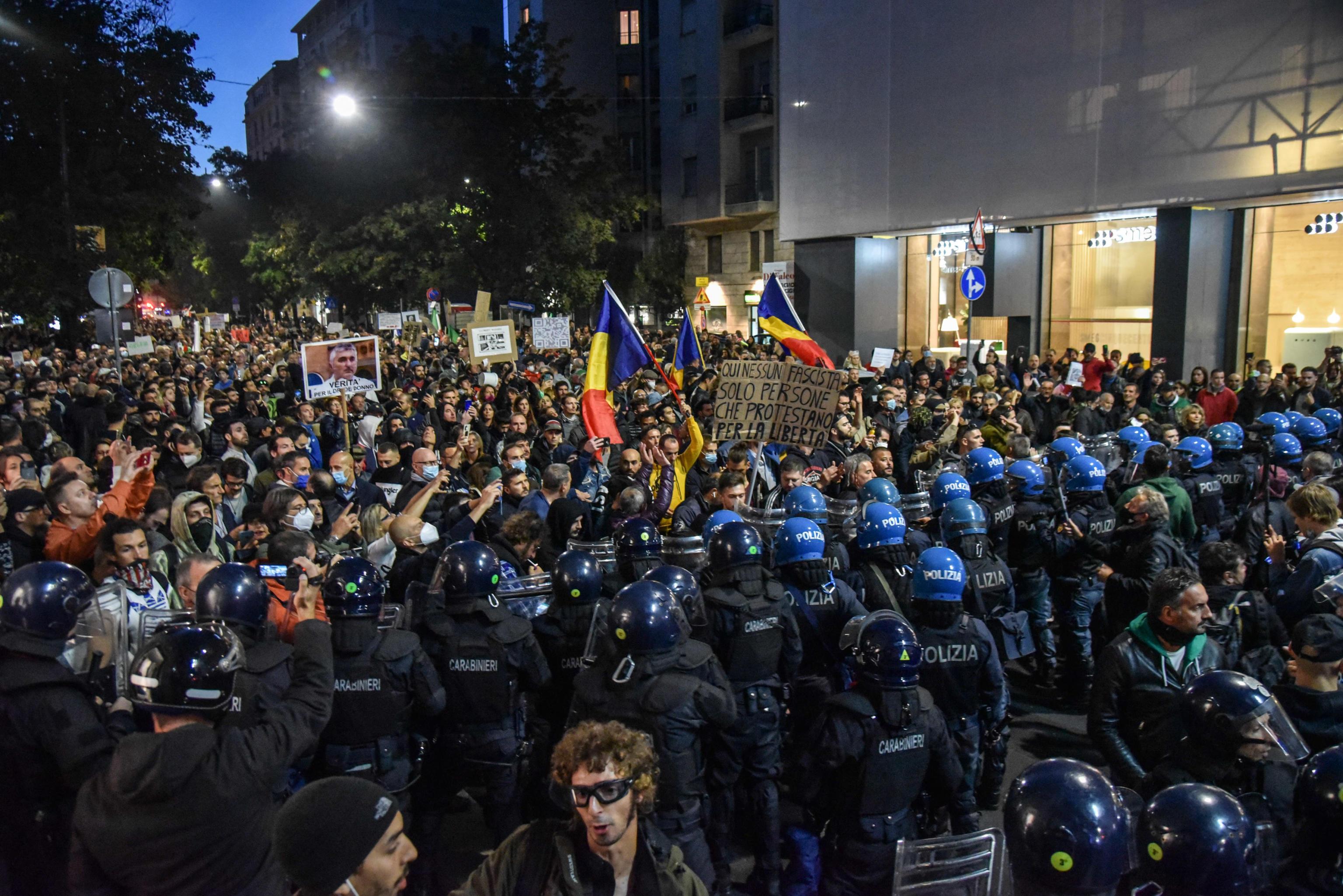 Scontri al corteo No Green pass di Milano, il sospetto della polizia: gli anarchici dietro l'assalto fallito alla Cgil e al Corriere – Il video