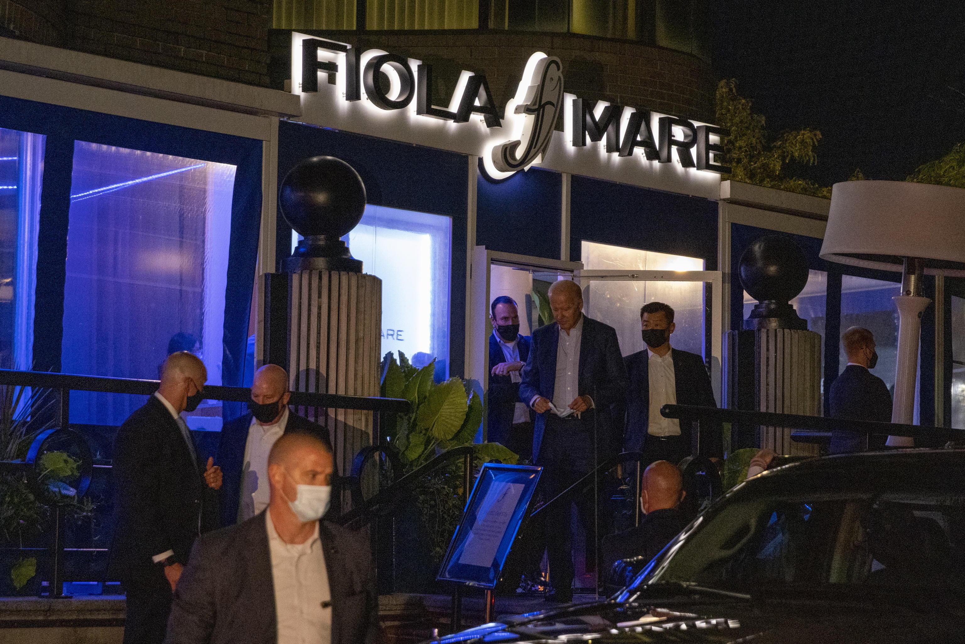 Joe Biden e la first lady beccati senza mascherina in un ristorante italiano – Il video