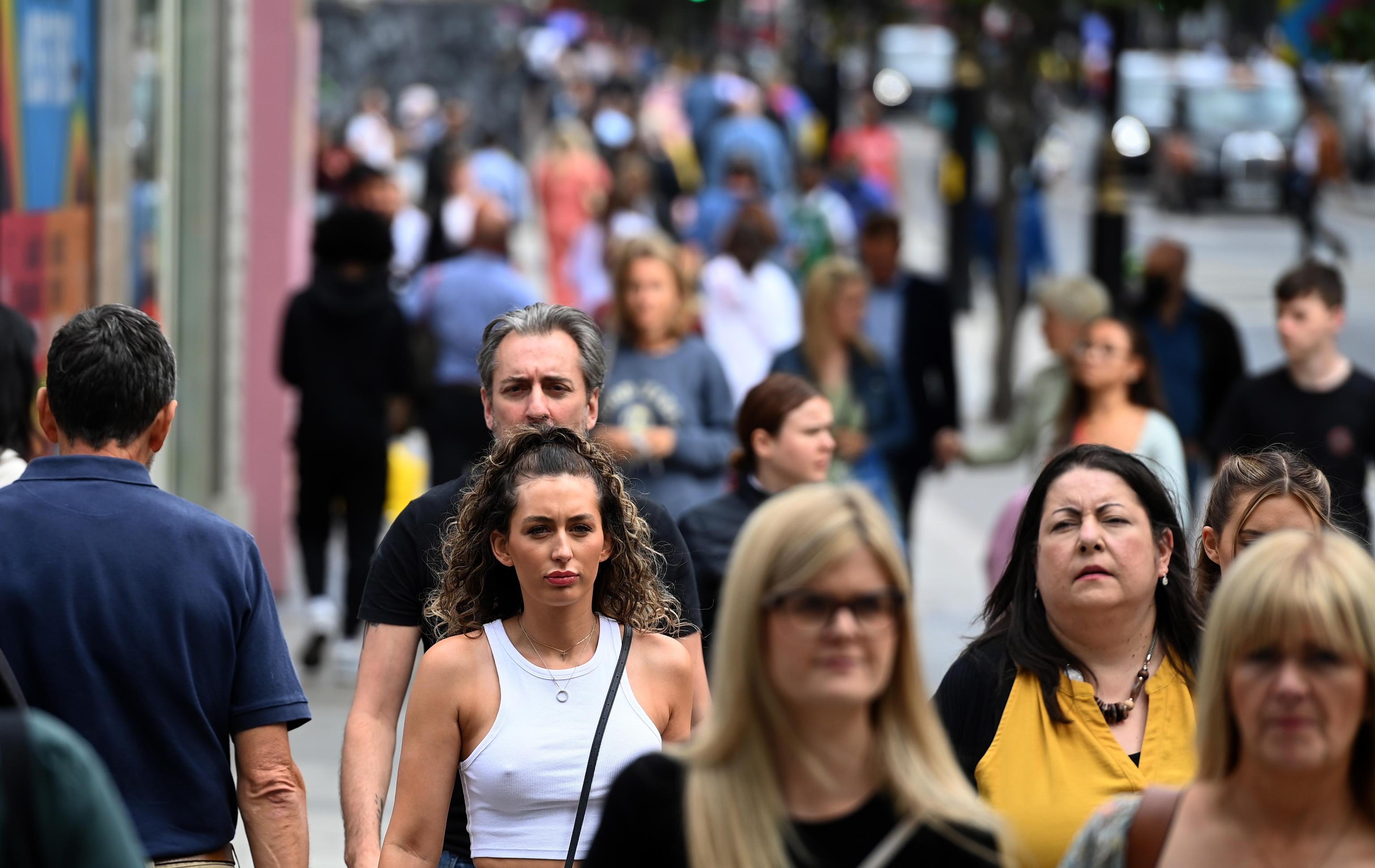 Covid, la nuova ondata di contagi spaventa il Regno Unito: «In inverno rischiamo 100 mila casi al giorno»