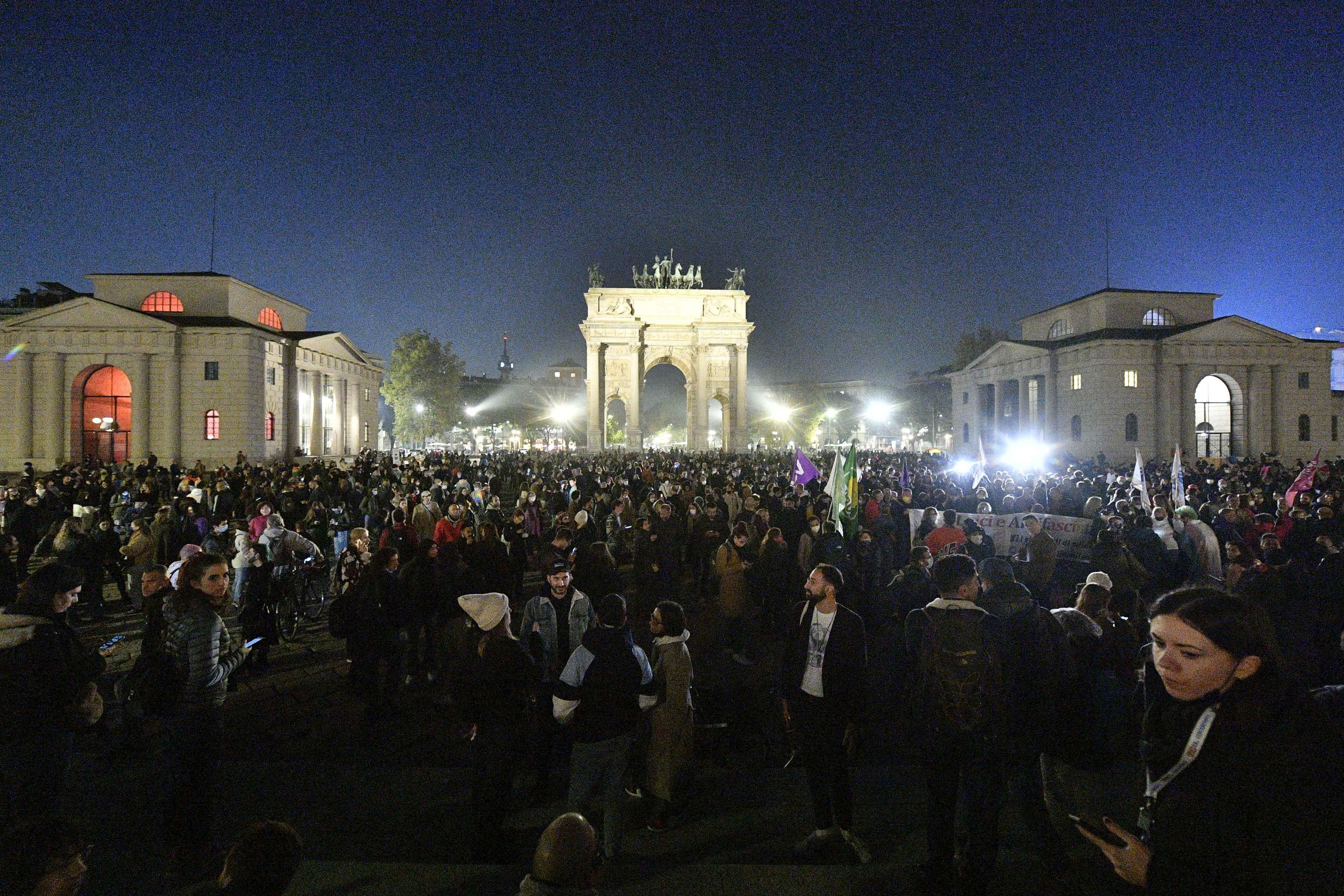 Milano, migliaia di smartphone illuminati per il Ddl Zan: «Un giorno ce la faremo» – Il video
