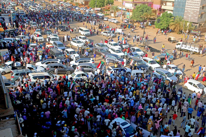Golpe in Sudan, il premier arrestato spinge a protestare contro il colpo di Stato. I militari sparano sulla folla: 7 morti e oltre 140 feriti – Il video