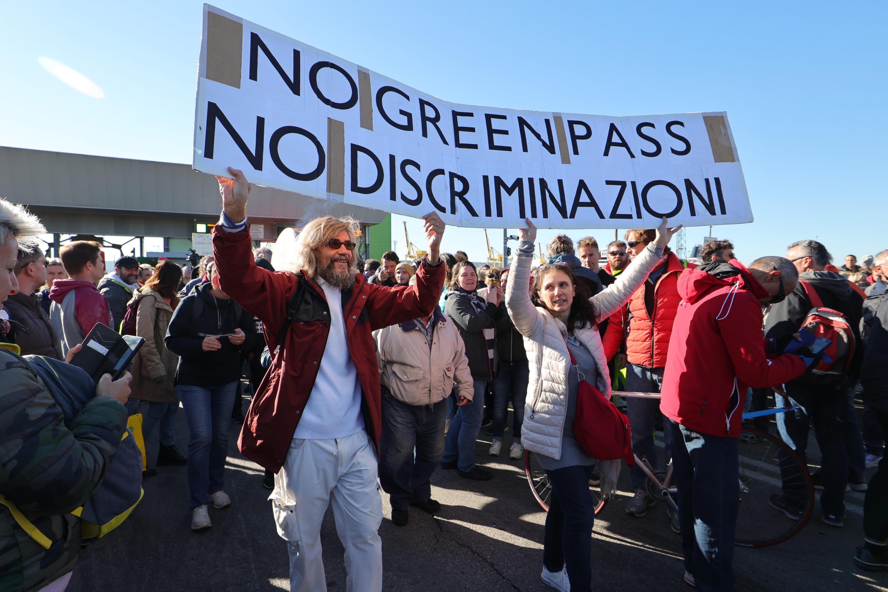 Trieste, ora il presidio è in mano ai No Green pass. Sarà Ugo Rossi il nuovo leader della protesta?