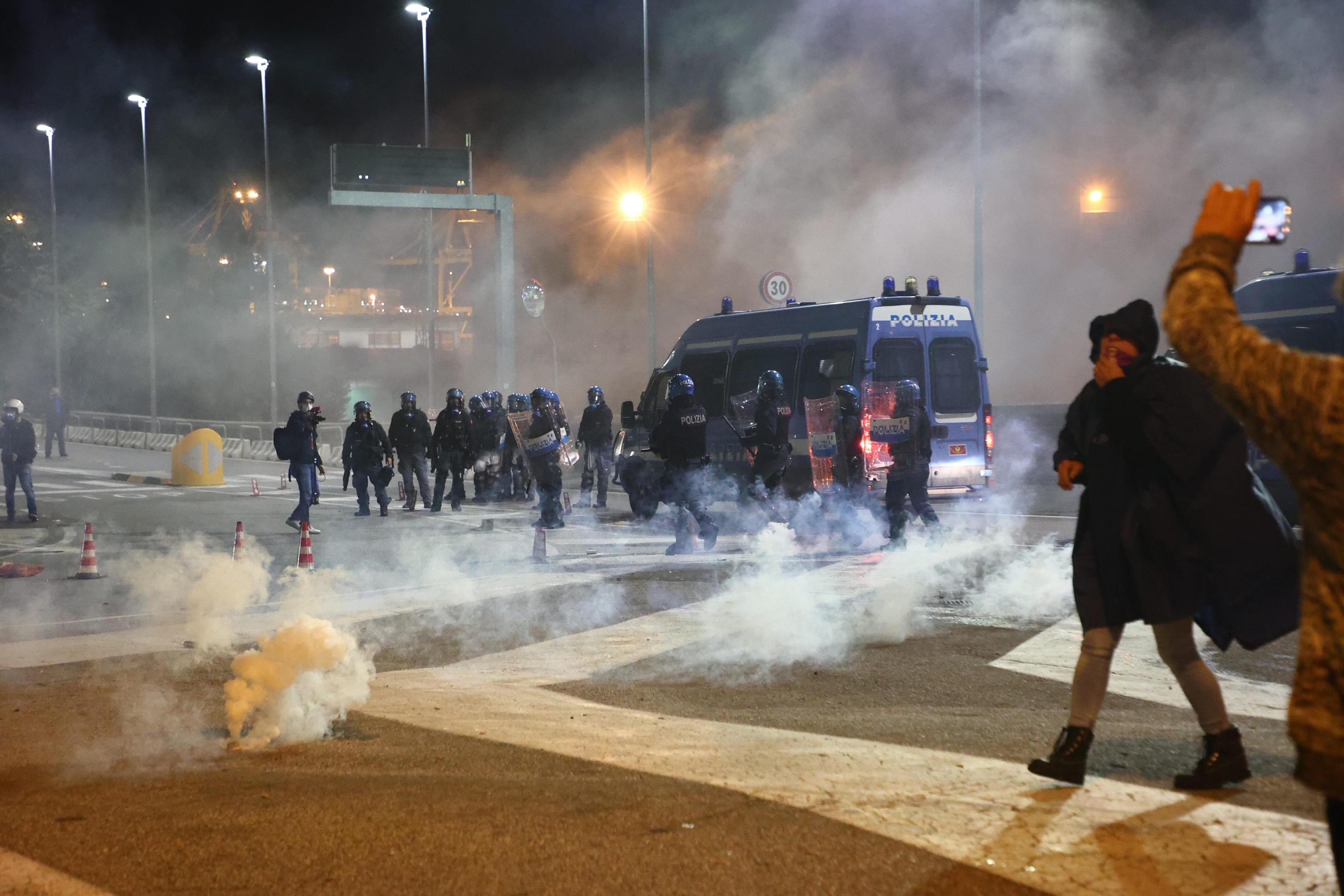 La piazza di Trieste resiste, Puzzer ottiene un faccia a faccia col ministro Patuanelli: «Vogliamo anche Speranza»
