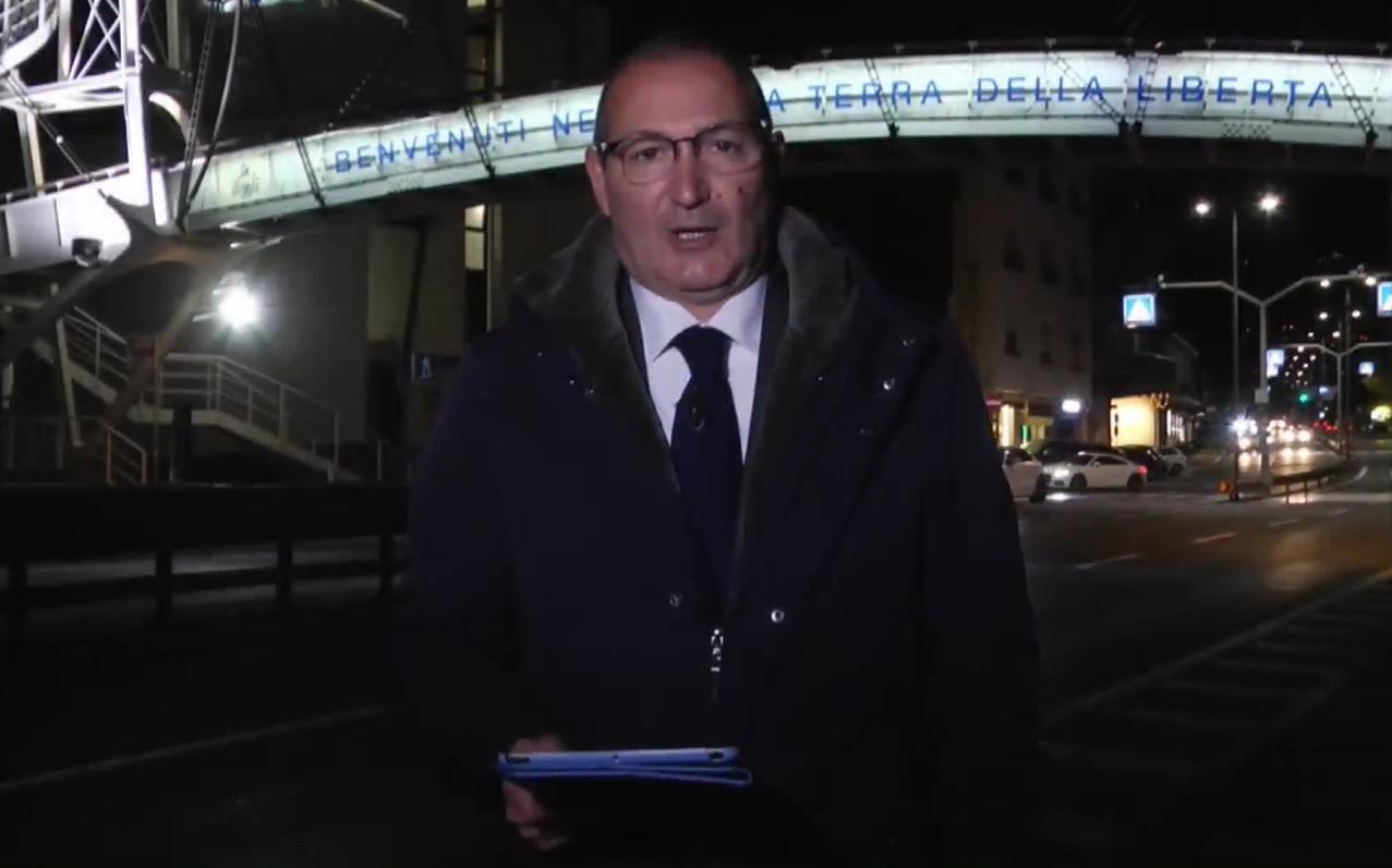 Non ha il Green pass: il direttore di Fano Tv conduce il tg all'aperto e da San Marino
