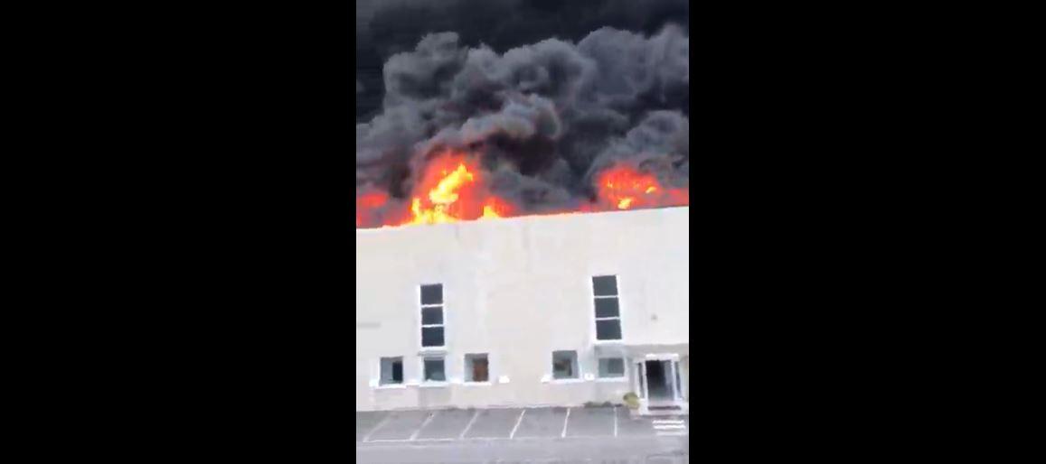 Airola, la nube tossica dopo il maxi incendio divampato in un'azienda di logistica – I video