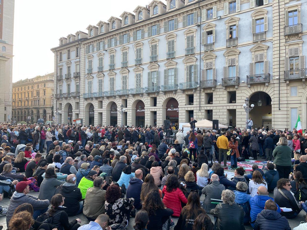 No Green pass, migliaia di persone alla manifestazione di Milano: «Ora e sempre resistenza»  – I video