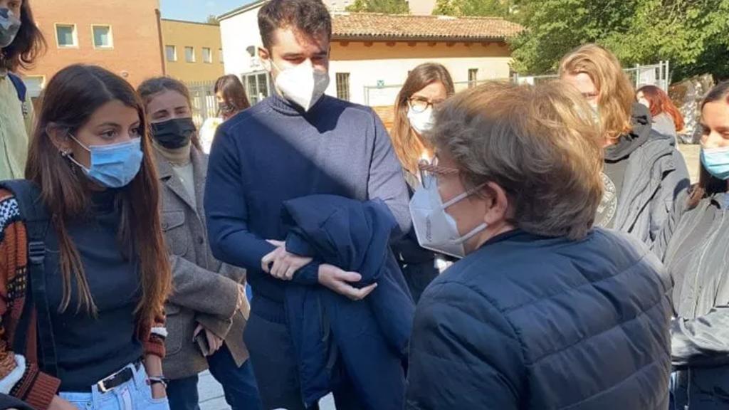 Bologna, la studentessa senza Green pass torna in aula: «Violate la Costituzione». Gli studenti chiamano la polizia