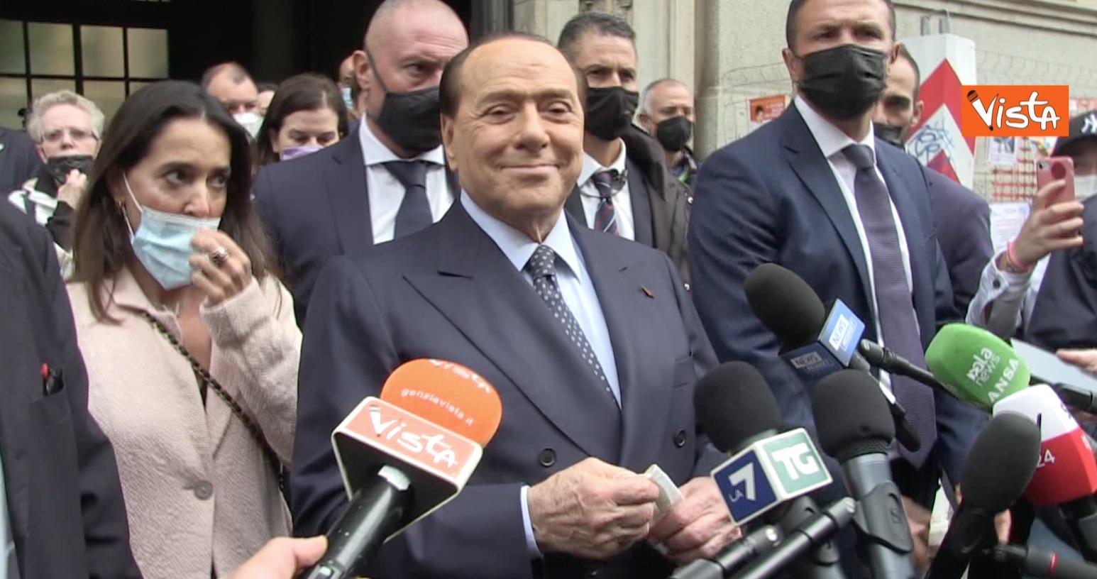 Berlusconi riappare al seggio di Milano, la frecciata a Salvini e Meloni:  «I candidati sindaco? Meglio cambiare sistema» - Il video - Open